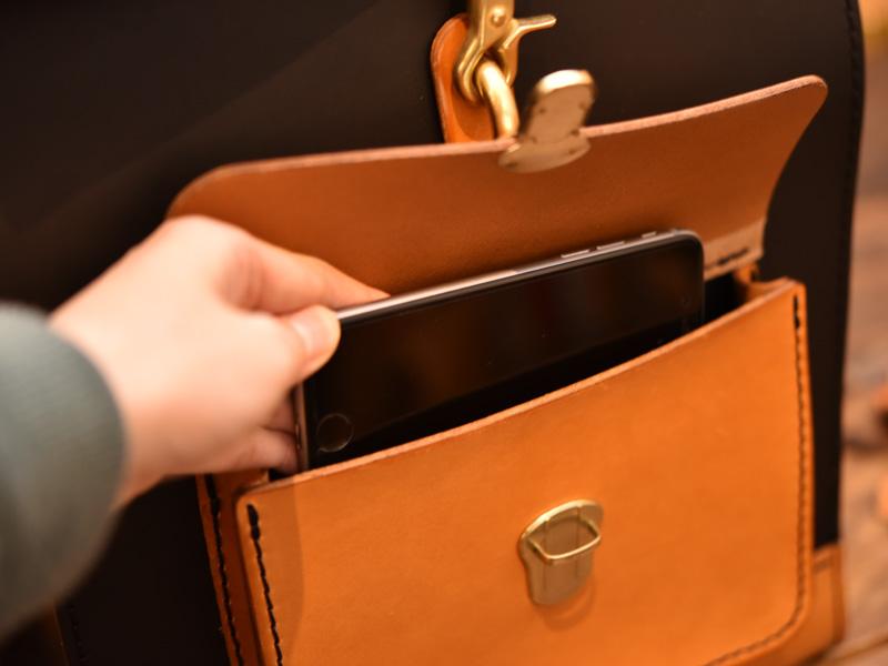 パイプリュック(R-16)×学生風鞄・2WAYビジネスバッグ(BC-16)前ポケットの様子