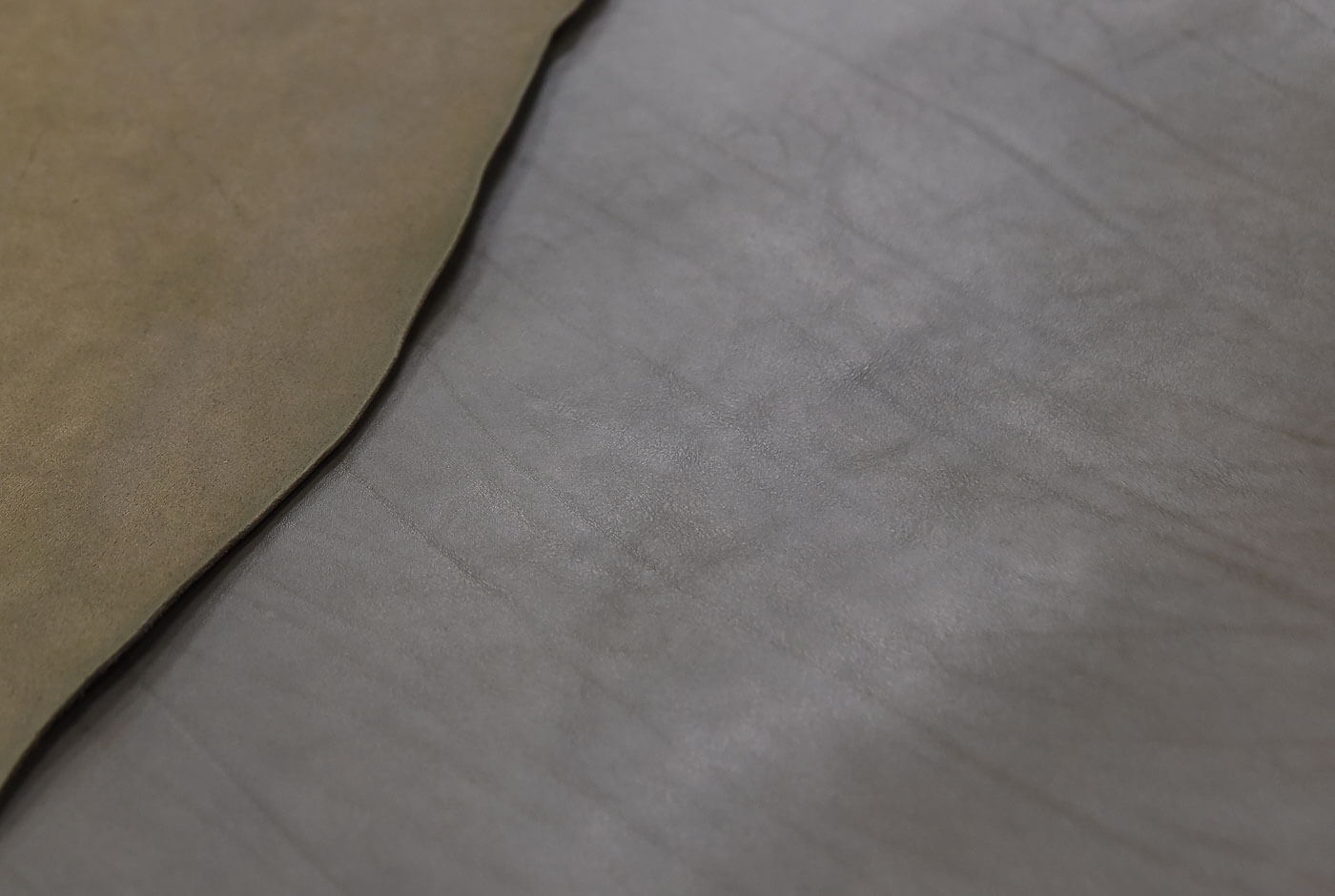 ヘルツオリジナルレザーと同じ革質のグレー