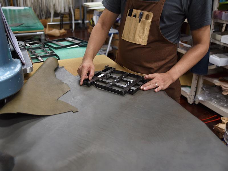 グレー革アイテムの製作風景1