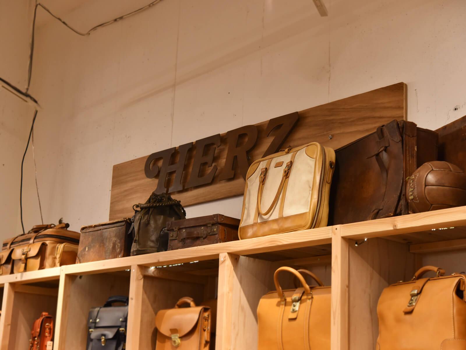 日々を積む No.097 本店を見守る、歴代の鞄たち