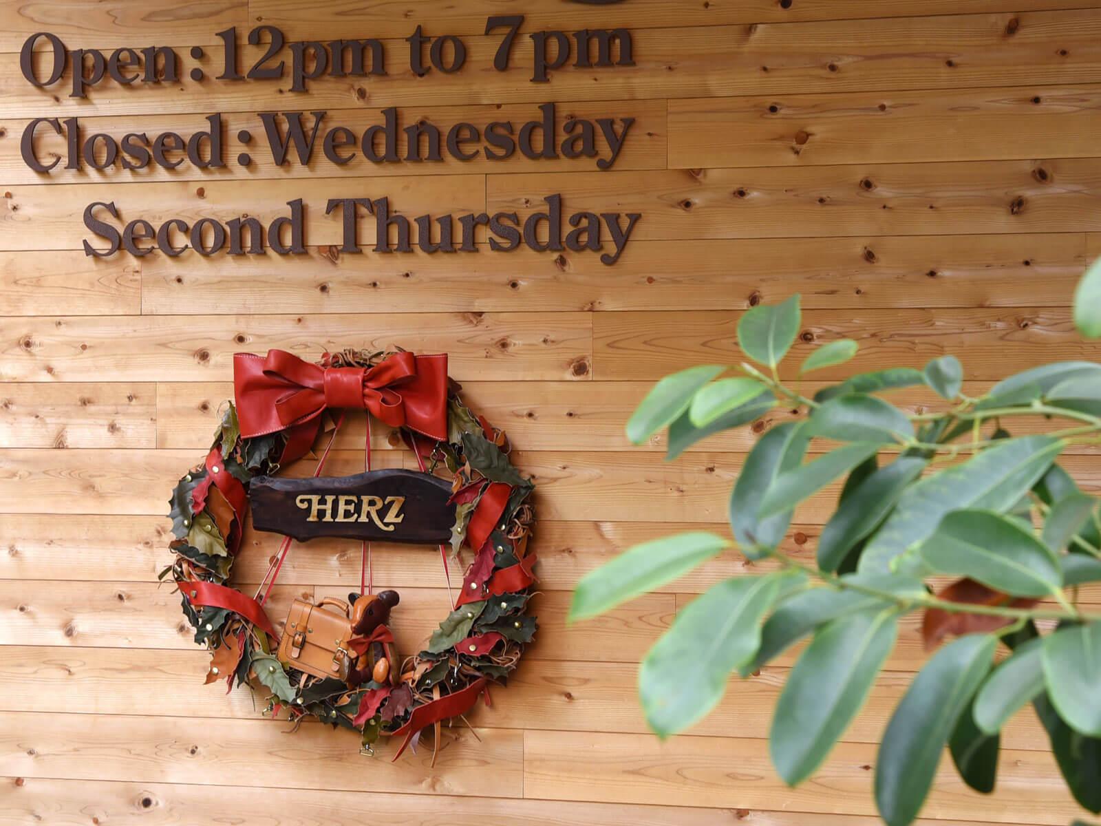 本店は巨大クリスマスリースでお出迎え!!