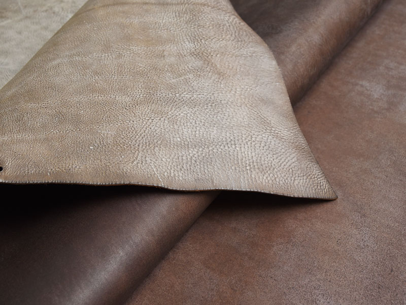 革の銀面と床面