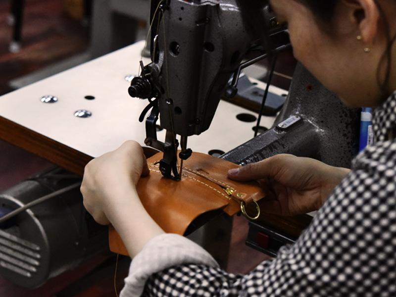 春財布の制作に励む作り手その1