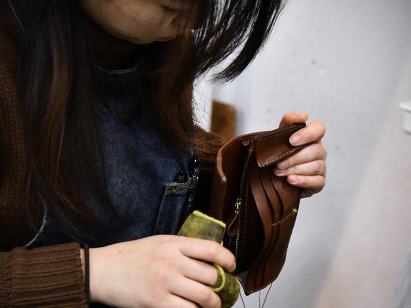 春財布の制作に励む作り手その3