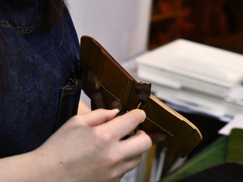 春財布の制作に励む作り手その4