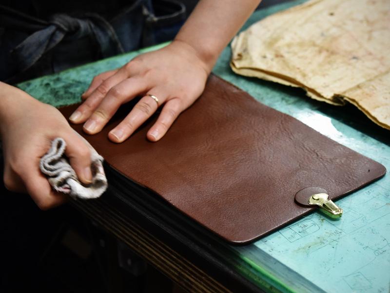 春財布の制作に励む作り手その6