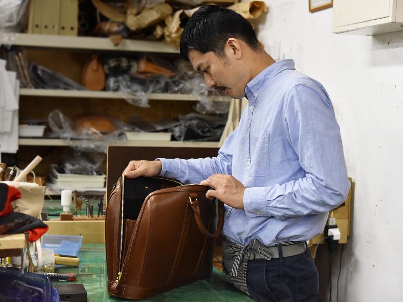 実際に鞄を眺めながら、少しずつ思いを語る木村