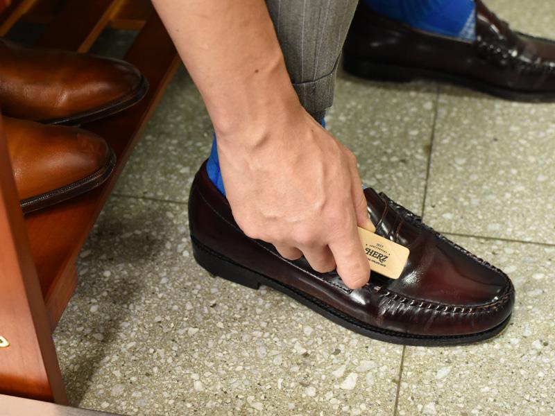 実際に革靴に使用する様子