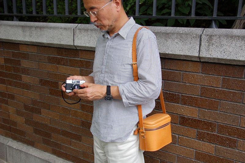 ソフトタイプのカメラバッグ(N-60) メンズ着用