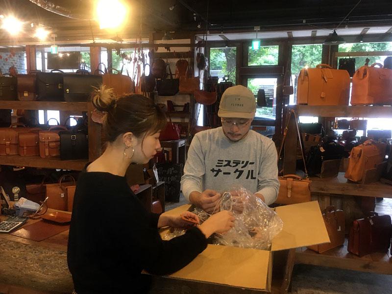 研修中の博多店スタッフ大嶋