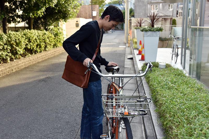 半かぶせショルダーバッグ(CK-4)と自転車