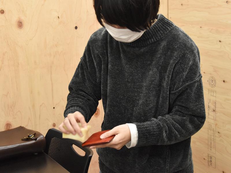 L字ファスナーミニ財布(KK-38)にラナパーを塗布する松下