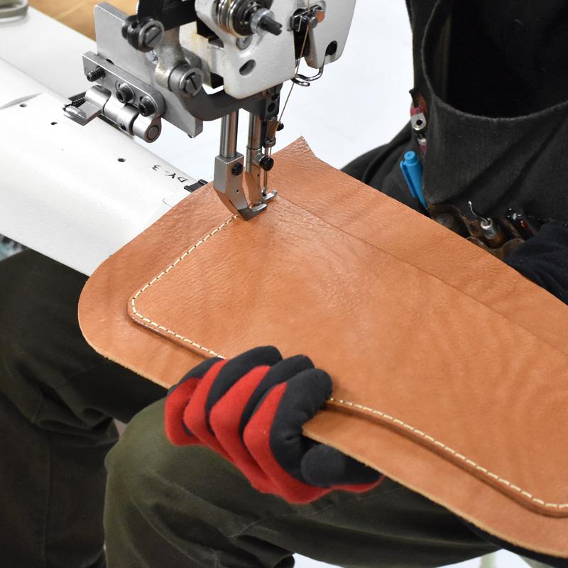 TN-141のポケットを縫う様子