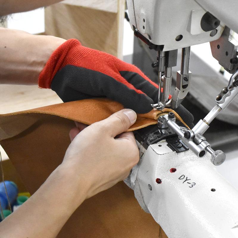 TN-141のタックを縫う様子