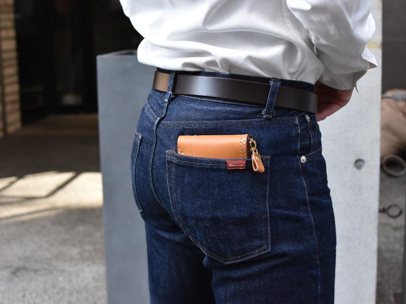 二つ折りファスナー財布(WS-40)ズボンのポケットへの収納例2