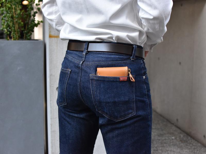 二つ折りファスナー財布(WS-40)ズボンのポケットへの収納例1