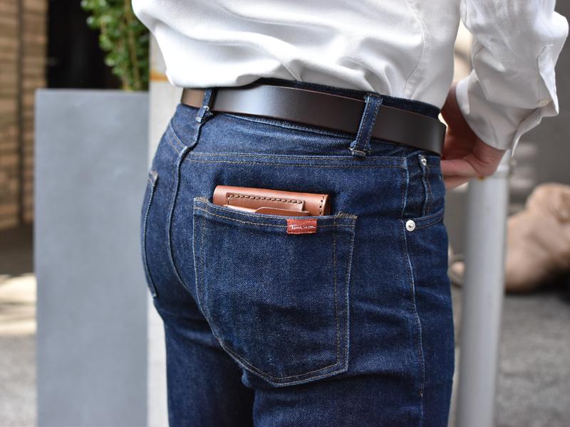 二つ折り財布(WS-7)ズボンのポケットへの収納例2
