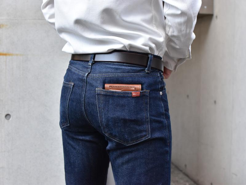 二つ折り財布(WS-7)ズボンのポケットへの収納例1