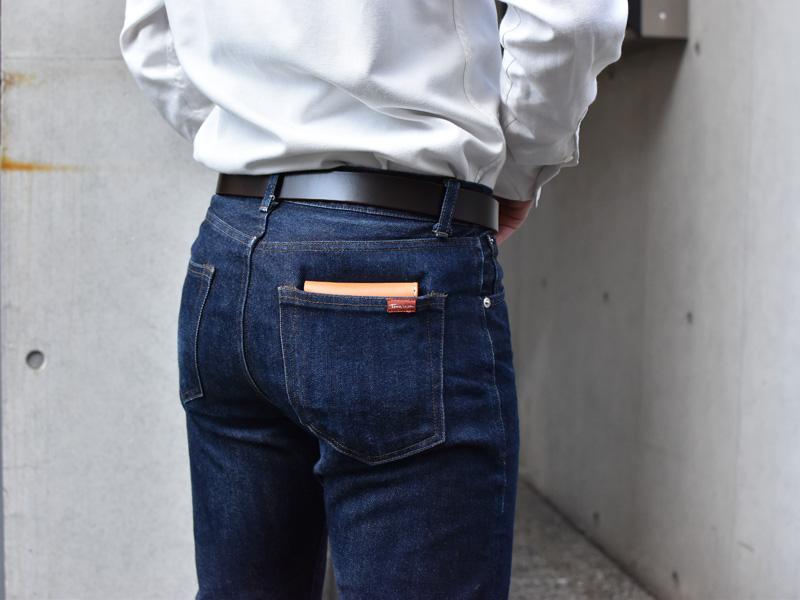 二つ折り財布(WS-8)ズボンのポケットへの収納例1