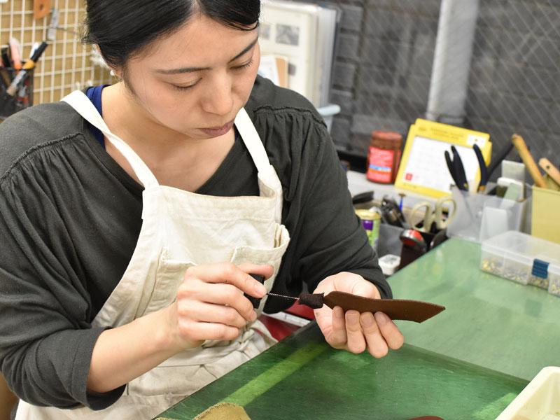 小型の二つ折り財布(WS-64)のコバに染料を塗る様子