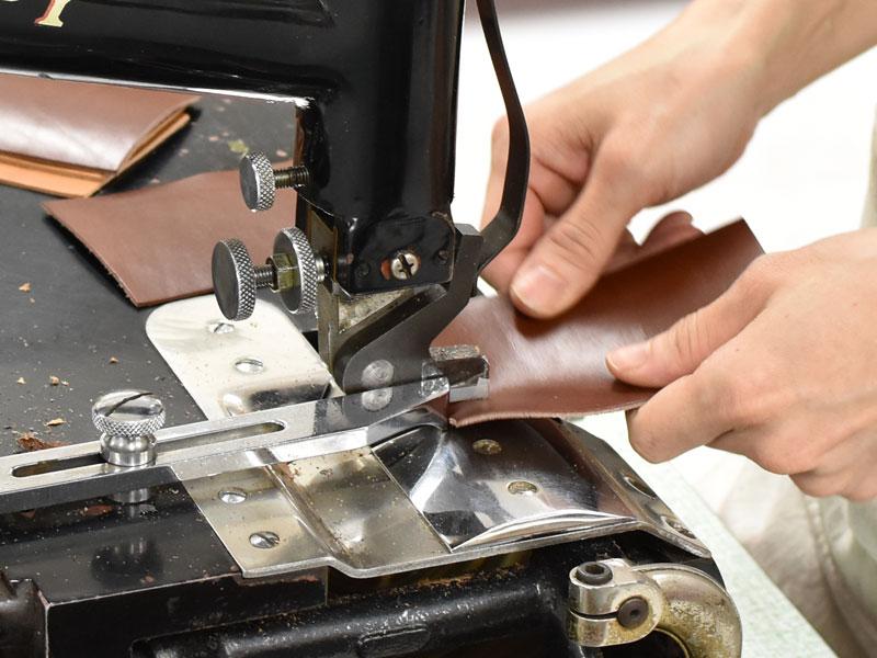 小型の二つ折り財布(WS-64)のパーツ類を漉く様子