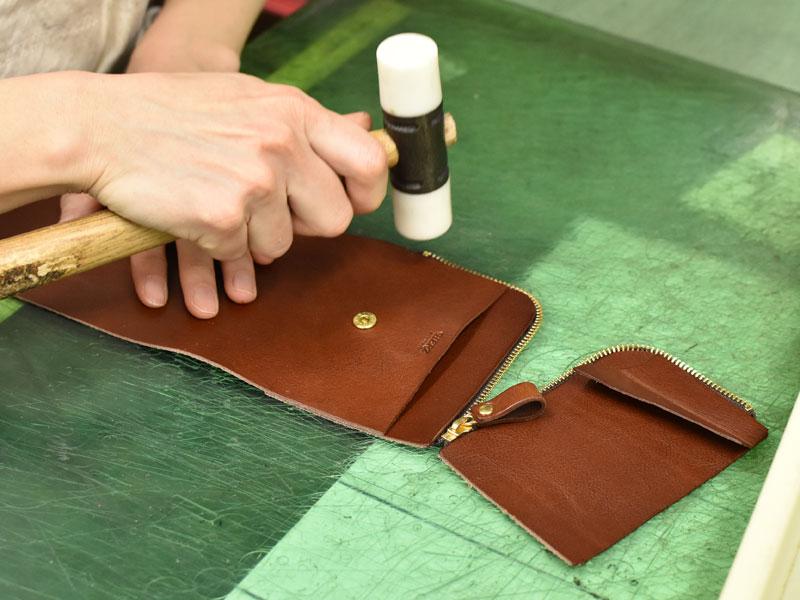 小型の二つ折り財布(WS-64)のファスナーを仮止めする様子