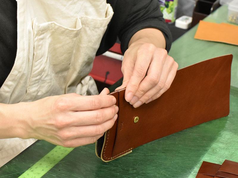小型の二つ折り財布(WS-64)の笹マチを取り付ける様子