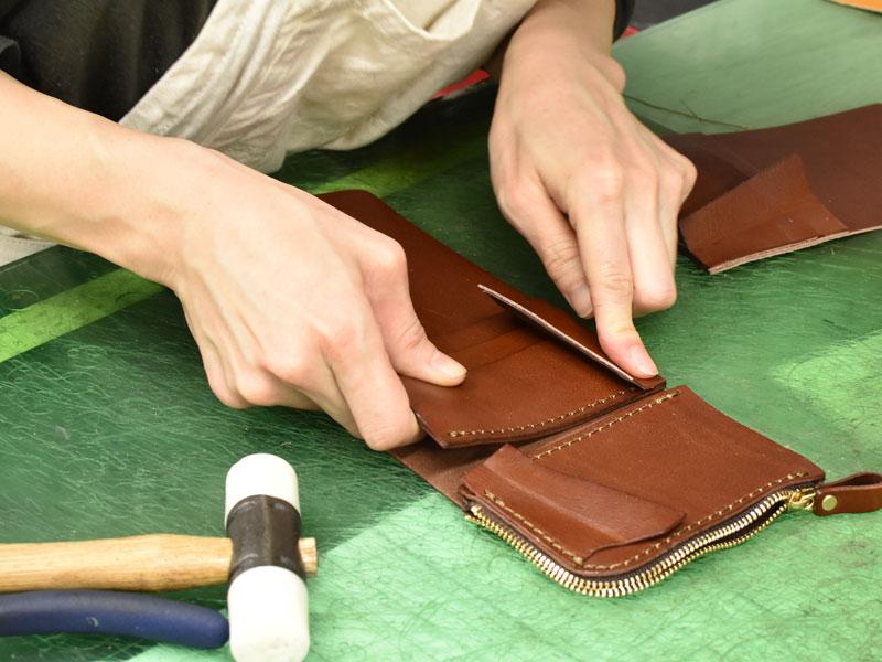 小型の二つ折り財布(WS-64)のパーツ類を張り合わせる様子