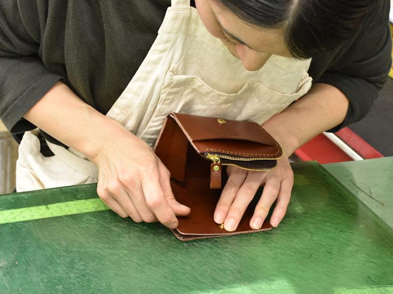 小型の二つ折り財布(WS-64)の札入れを仮止めする様子