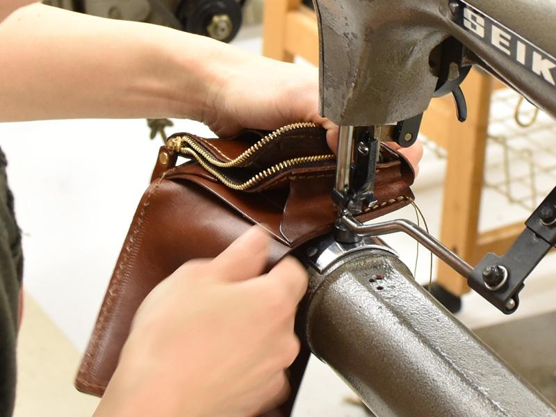 小型の二つ折り財布(WS-64)の笹マチを縫い付ける様子