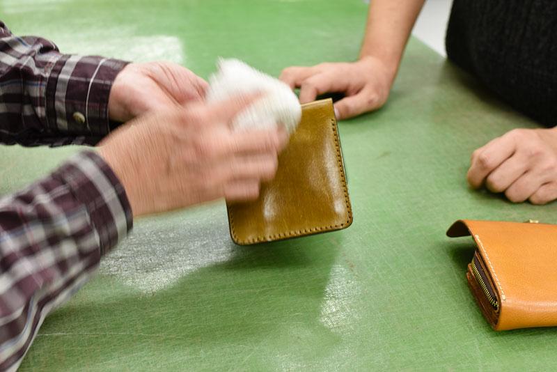 キズが多めの財布に水拭き