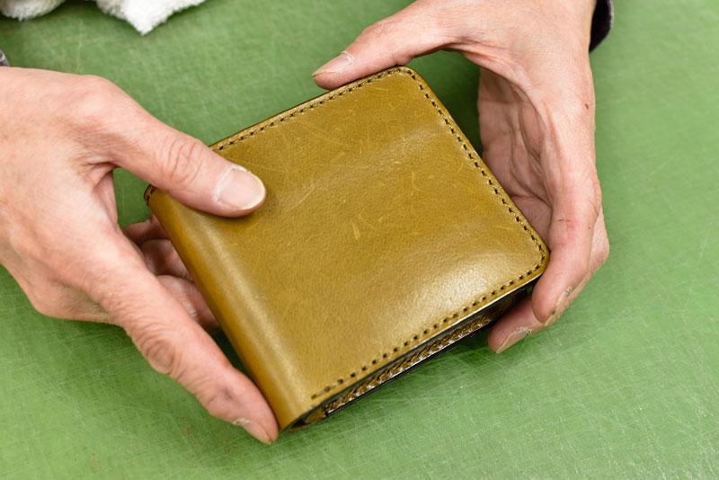 水拭きをした後の二つ折り財布
