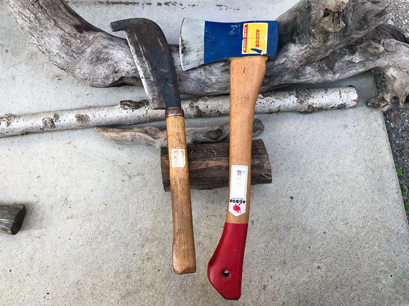 二本同時に見つかった鉈と斧