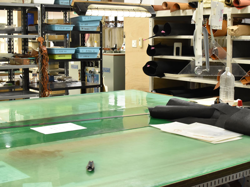革をカットする作業台