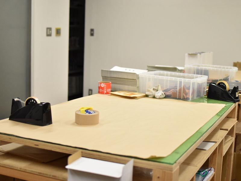 商品を梱包する作業台