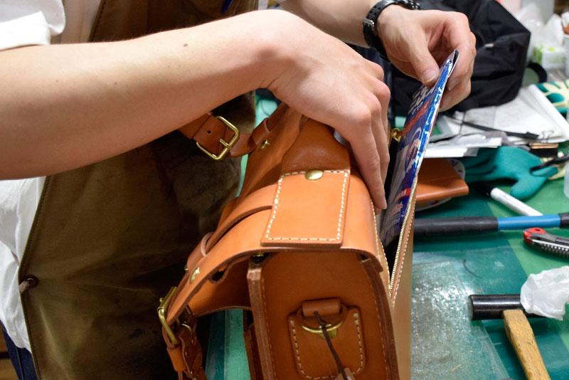 学生鞄風・2wayビジネスバッグ(BC-16) 後面ファスナーポケット