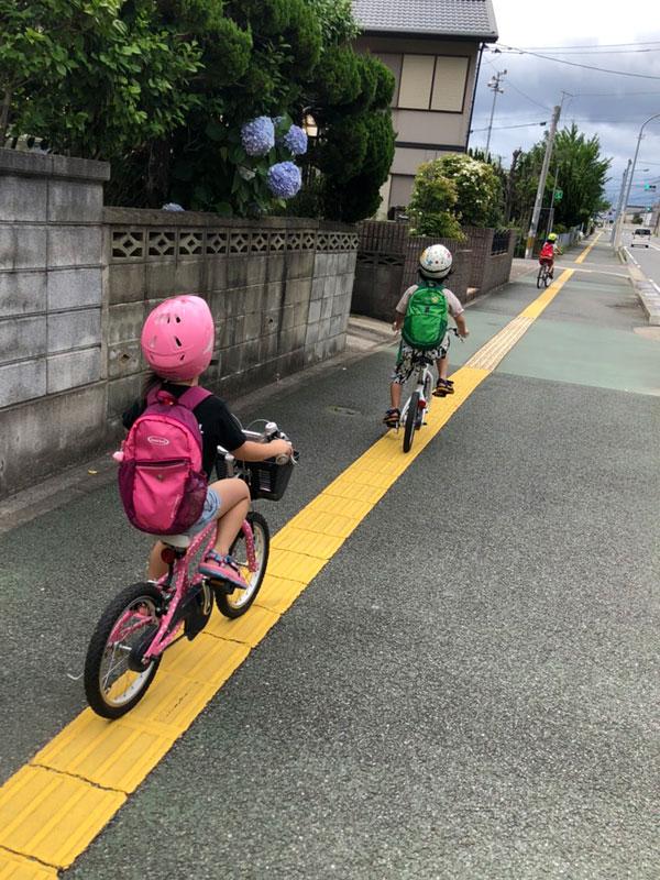 子ども達と自転車に乗る熊谷