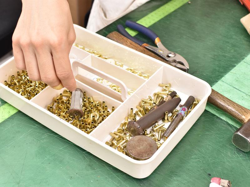ランドセルで使用する金具パーツを選定する様子