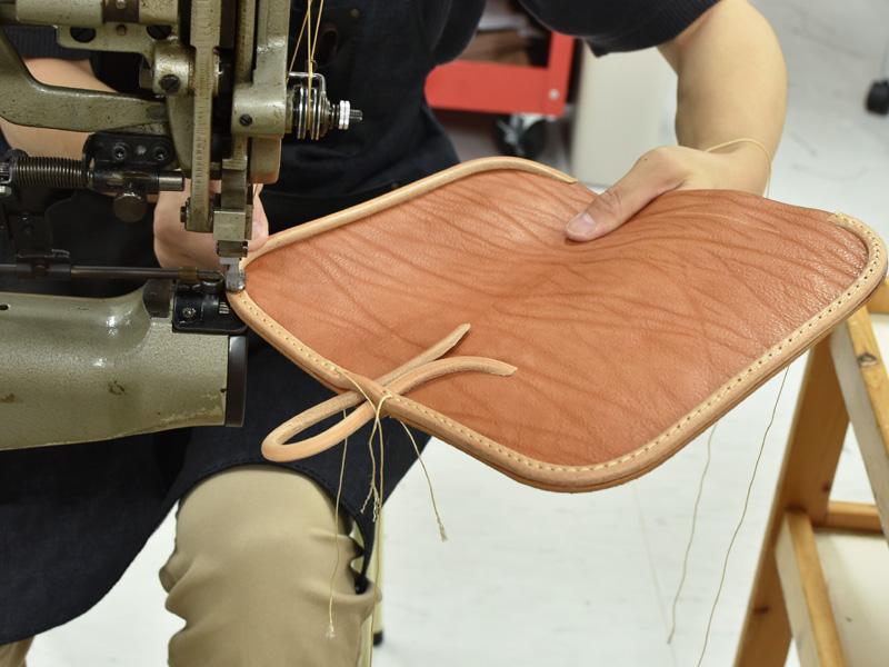メッセンジャーバッグ(W-3)のかぶせの革紐を縫う様子1