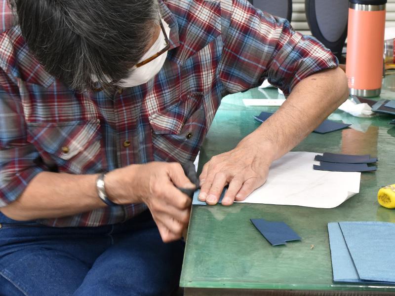 デニムブルーの二つ折り財布(WS-8)の制作風景1