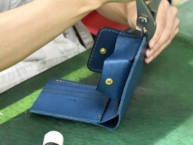 デニムブルーの二つ折り財布(WS-8)の制作風景3