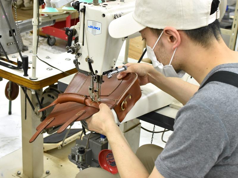 二本ベルトの2wayミニバッグ(CW-67)取っ手を縫いつ行けている様子1
