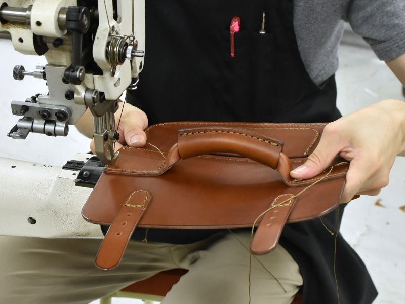 二本ベルトの2wayミニバッグ(CW-67)の取っ手をかぶせに縫い付ける様子