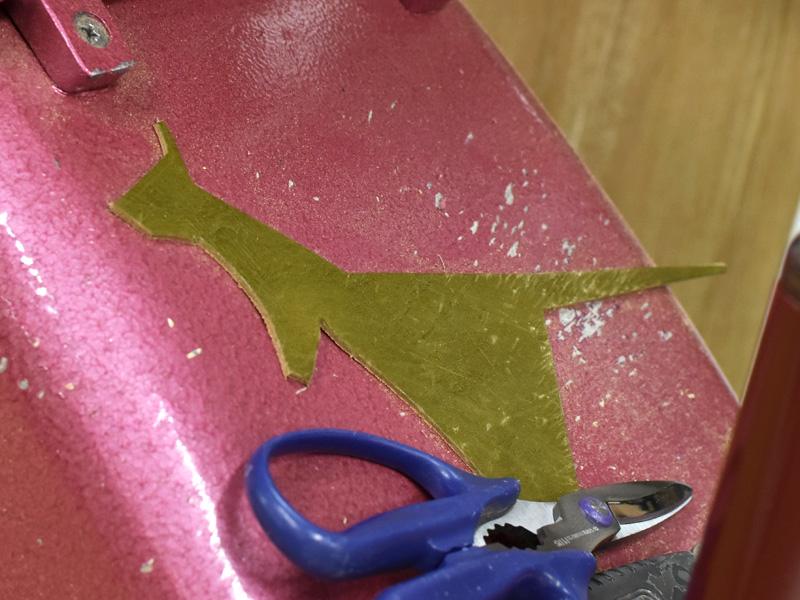 カンガルーの形をした端革の様子
