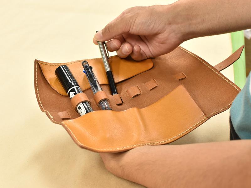 ロールペンケース(KP-100)のループに太いマジックや細いペンを収納する様子