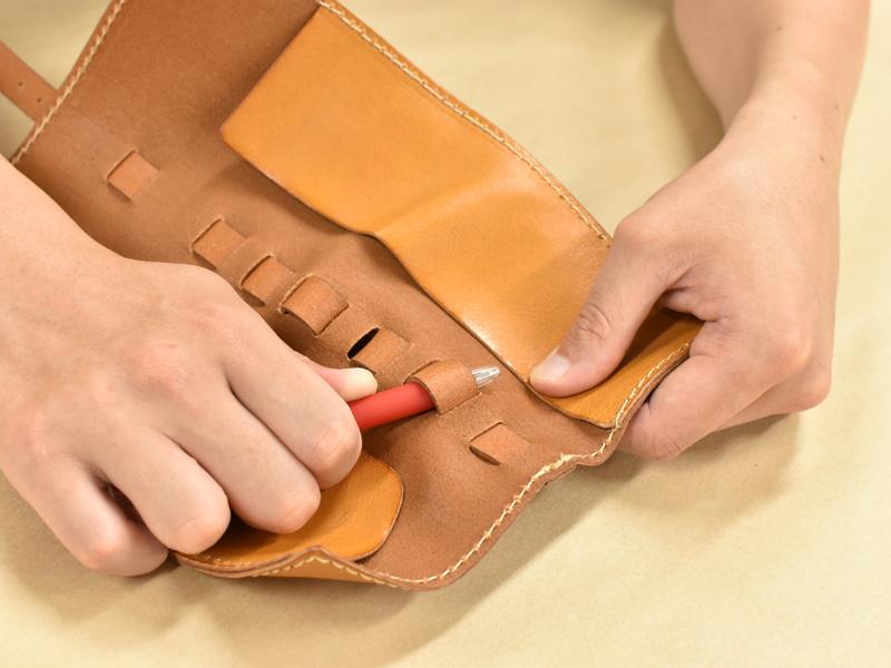 ロールペンケース(KP-100)のループにペンを収納する様子2