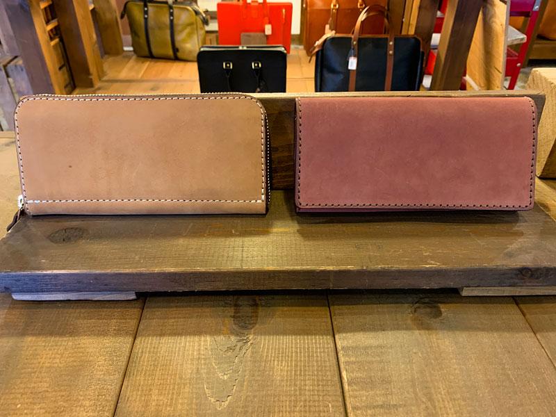 ヌバックのファスナー長財布とソフトレザーの長財布
