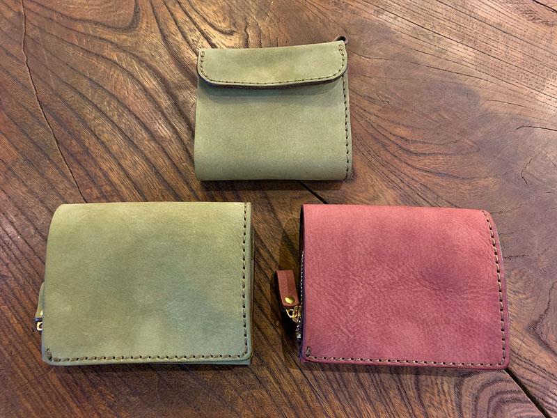 ヌバックのライトウォレットと小型の二つ折り財布