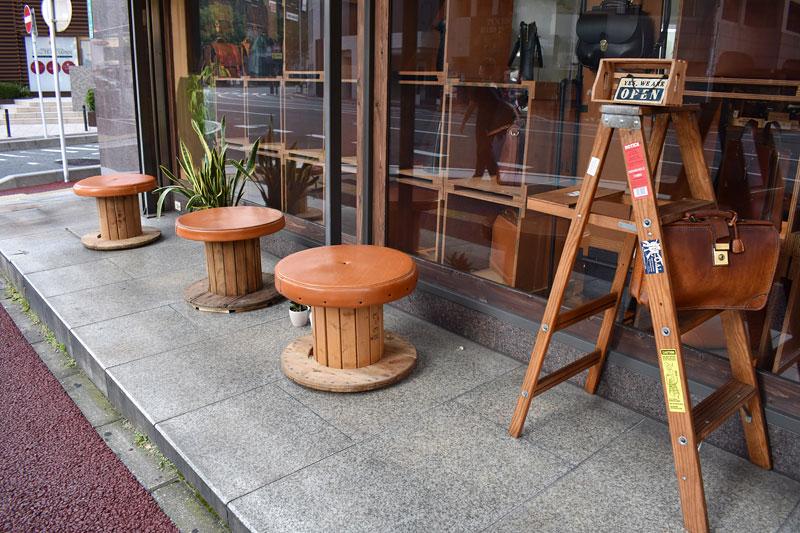 店外に革のベンチを設置