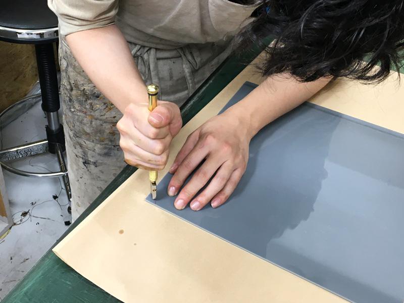 ステンドグラス作りに挑む作り手の様子3